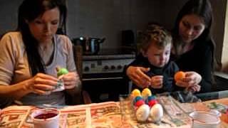 Geldern: Lucia+Schwester Romana färben mit Jayden Ostereier bunt und sind ganz fidel dabe