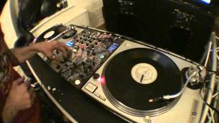 DJ Tutorial Demonstration, Sample a beat and scratch, then over dub more scratching and the tune!