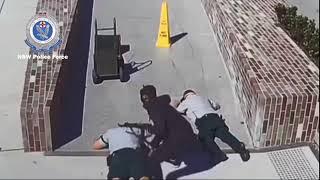 تركاه يفر بالنقود.. شرطيان أستراليان يستسلمان لعملية سطو مسلح في سيدني (فيديو)