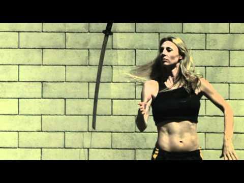 Девушка с мечом. Выживание и холодное оружие