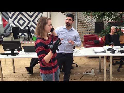 Rachel Skleničková si v hmatových rukavicích osahává virtuální model Venuše Mélské