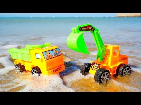 #МАШИНКИ на пляже - Игры для мальчиков: Экскаватор и Самосвал защищают замок! Игры в песке