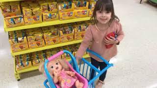 LAURA E BABY ALIVE BRINCANDO NO SUPERMERCADO, Shopping at the supermarket Funny playtime in store