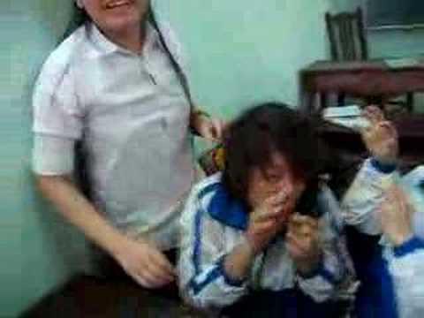 Hoc sinh Le Thanh Tong vui dua