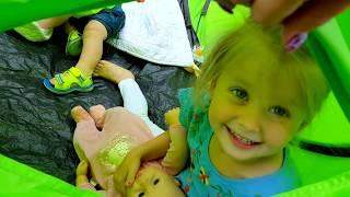 Эльвира пришла на пикник с куклами в игрушечной коляске
