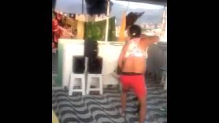 Homem  dança e apanha da mulher