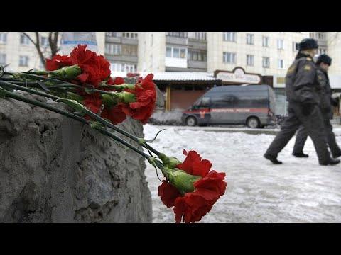 شاهد: قرنفل أحمر وشموع أمام جامعة بيرم الروسية التي شهدت إطلاق نار…