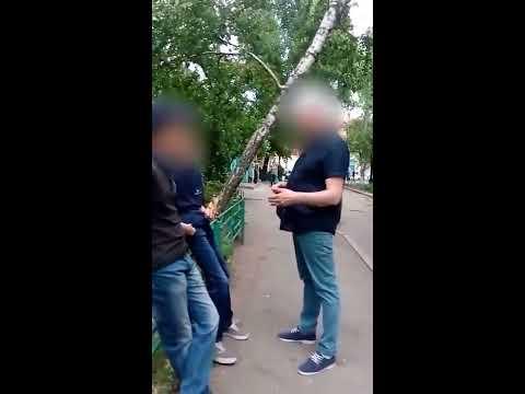 В Воронеже быдло угрожает детям расправой за ожидание друга у подъезда