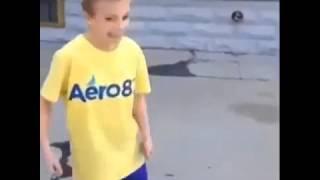 Niño se pega Con pelota de basketball