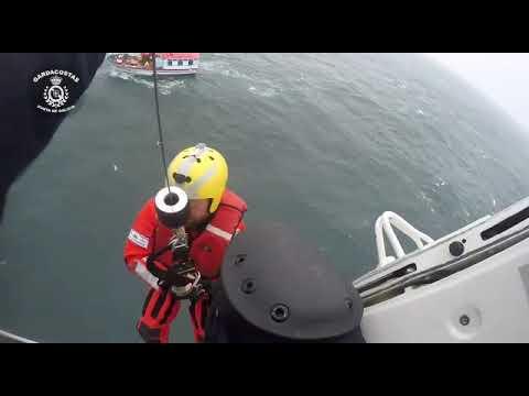 Rescate de los dos marineros del pesquero 'Tucán II'