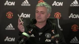 Жозе Моуриньо прервал пресс-конференцию, ответив на звонок.