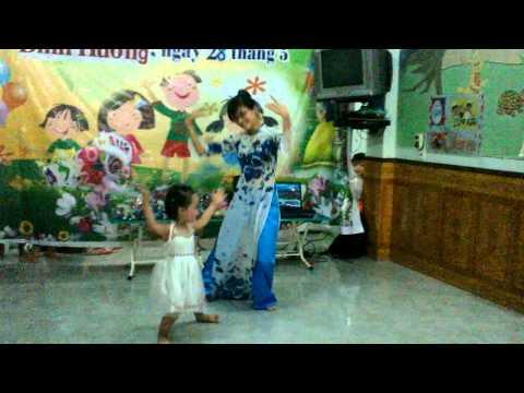 """Múa:"""" Ngày đầu tiên đi học"""" - cô giáo Phương Anh và bé Mai Thuận Hải Yến"""