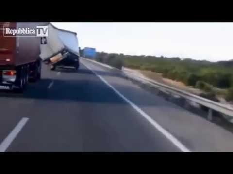 Tai nạn hy hữu hài hước có một không hai (Funny Car Accident)