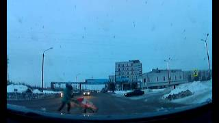 Чуть не сбил женщину с ребенком. tv29.ru Северодвинск(, 2015-02-20T07:52:29.000Z)