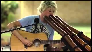 Очень классно играет на гитаре и на Диджериду