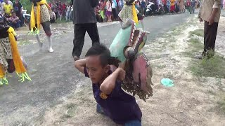 Anak Kecil Ndadi & Atraksi Makan Bara Kemenyan