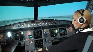 Стюардесса пытается посадить A320.(Стюардесса пытается по голосовым подсказкам опытного пилота посадить A320. Эксперимент на тренажере в Аэроф..., 2016-01-04T04:07:16.000Z)