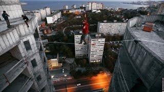 VL.ru - хайлайнер прошел по веревке между зданиями на высоте 101 метр