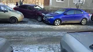 На Уралмаше иномарка без водителя протаранила припаркованную во дворе машину