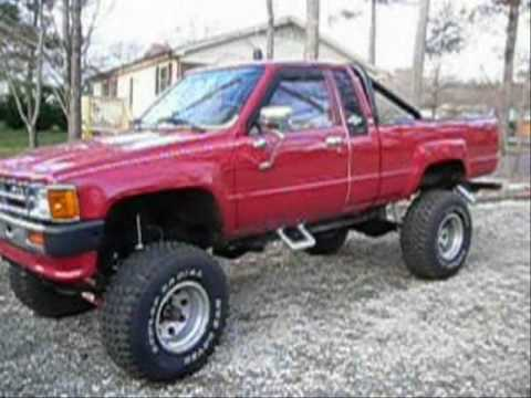 1984 Toyota 4X4 Pickup Rumbling Exhasut & Engine Rev 4WD 22R with Updates