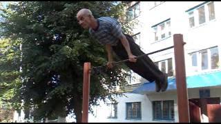 Дедушка в 70 лет отжигает на турнике
