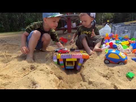 Видео для детей Дети играют с песком Влог Собираем мост из конструктора Большая песочница