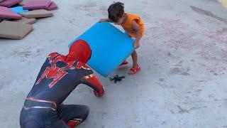 Gerçek Hayatta Örümcek Adamı Bulduk😱Yusuf'a tarantula örümcek saldırdı Spiderman kurtardı😨