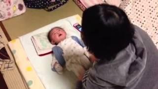 笑点の音楽に喜ぶ 生後3ヶ月の赤ちゃん The baby who is pleased with music