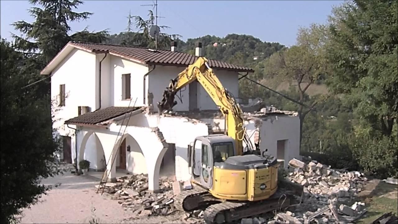 Demolizione casa baccolini youtube - Consolidare fondamenta di una casa ...