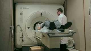 Магнитно-резонансная томография (МРТ)(МРТ сканирование человека на примере магнитно резонансного томографа GE 1.5 Тесла. http://mrt-v-sankt-peterburge.ru - сделат..., 2013-03-01T12:09:43.000Z)