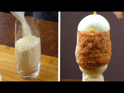 Насыпаем риск в стакан, а затем добавляем лук и фарш. Очень вкусно!