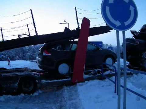 Kamión naložený autami pokrstil ešte neukončený kruháč, Rožňava