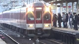 近鉄8810系8811編成快速急行大阪上本町行き到着と1422系1422編成急行名古屋行き発車