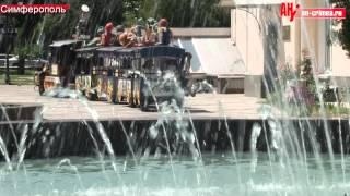 Дети в фонтане