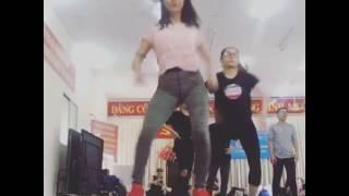 Hòa Minzy bị soi 'vùng nhạy cảm' khi mặc quần bó