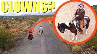 عندما ترى طائرتك رعاة البقر المهرجين على الخيول ، لا تدعهم يمسكون بك! اهرب بسرعة !!