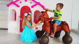 डायना और रोमा एक खिलौने के घोड़े के साथ खेलते हैं