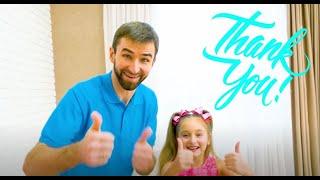 Sasha chơi trong một căn phòng kiểu Minnie mới và làm tóc với đồ chơi mới
