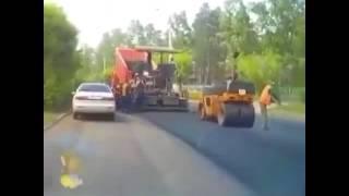 Шокирующее видео! В Иркутской области асфальтоукладчик переехал коллегу(, 2016-06-17T18:29:07.000Z)