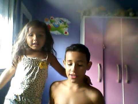 Brincando de luta com minha irmã