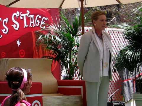Julie Andrews leads crowd in
