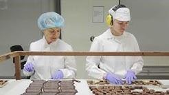 Näe, kuinka suklaakonvehdit valmistuvat Fazerin suklaatehtaalla