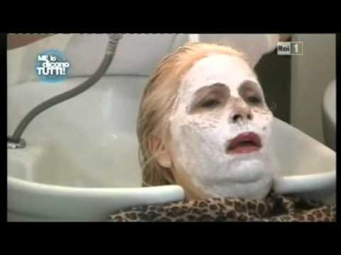 Scherzo Barbara De Rossi - Parrucchiera maldestra - Me lo dicono tutti 07/05/2011