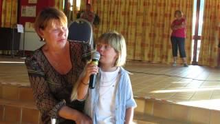 """Gloria -6 ans- chante """"La vie en Rose"""" à capella (été 2013)"""