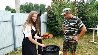 ЖЕНА ГОТОВИТ КОТЛЕТЫ ПО-КОРЕЙСКИ В КАЗАНЕ НА КОСТРЕ