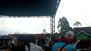 Nisa Sabyan Salam Dua Jari Di Konser Garut