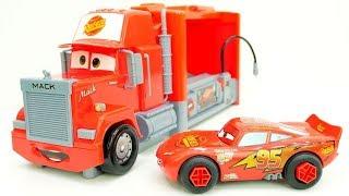 Relâmpago McQueen seu posto de gasolina. O Caminhão Mack.