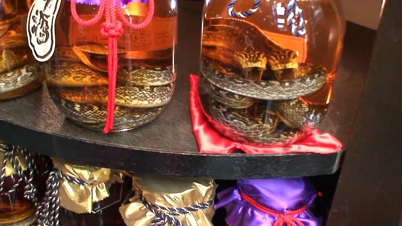 3 июн 2015. Змеиное вино (по-вьетнамски) представляет собой алкогольный напиток, особенностью которого является ядовитая змея в бутылке.
