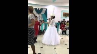 Дочь на свадьбе дарит песню маме...Трогательно...