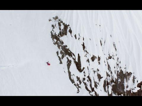 VIDEO: Esquiadora sale ilesa de una terrible caída en plena montaña